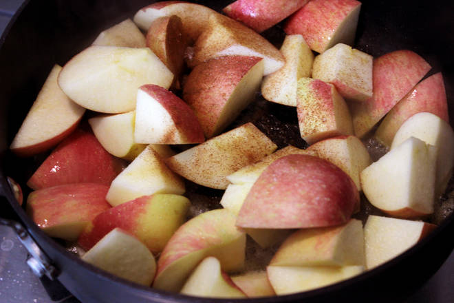 Home Cooking Recipe: Pour into the apple pieces, add cinnamon powder (with ingredients), sea salt, stir fry evenly.