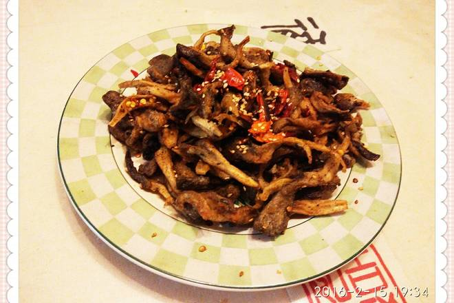 Home Cooking Recipe: Pour out the remaining oil, put the dried chili, put the fried mushrooms and stir fry, put the pepper powder, chili powder, white pepper, sesame, salt, and put on the pan.