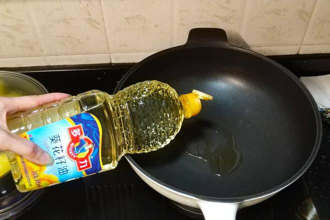Home Cooking Recipe: Pour sunflower oil, salt, sugar into the pot