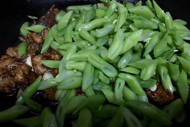 Home Cooking Recipe: Pour the beans that control the moisture, stir fry