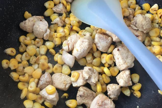 Home Cooking Recipe: Pour the corn into the pot and pour the chicken breast.