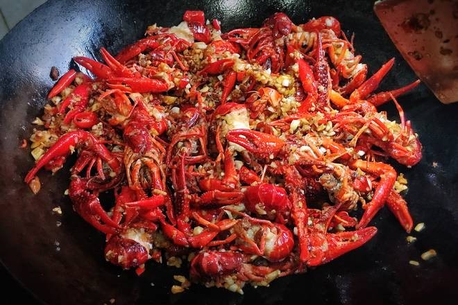 Home Cooking Recipe: Pour the crayfish together and stir fry for two minutes;