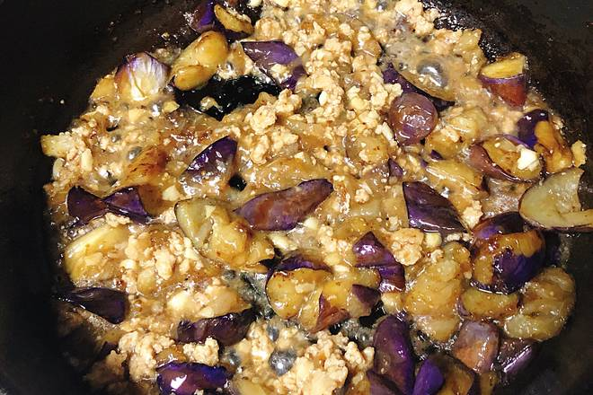 Home Cooking Recipe: Pour the minced meat into the fry with the eggplant (no need to put salt here), sprinkle some sugar, continue to stir fry