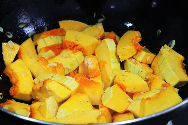 Home Cooking Recipe: Pour the pumpkin into a stir fry, add the right amount of salt, and pour in the right amount of water to cover the sauce.
