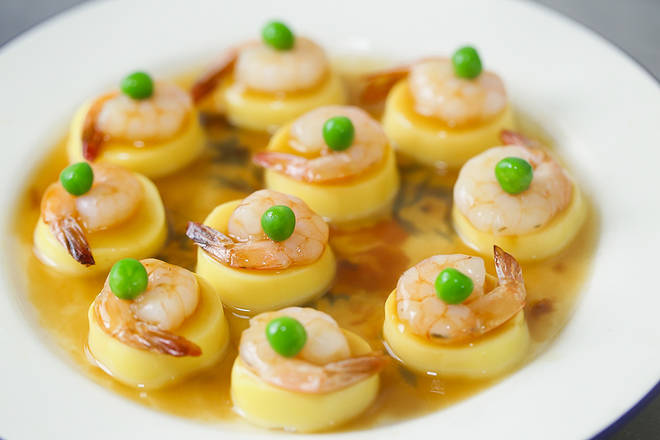 Home Cooking Recipe: Pour the sauce on the steamed jade shrimp, and then garnish the tender peas in the middle of the shrimp.