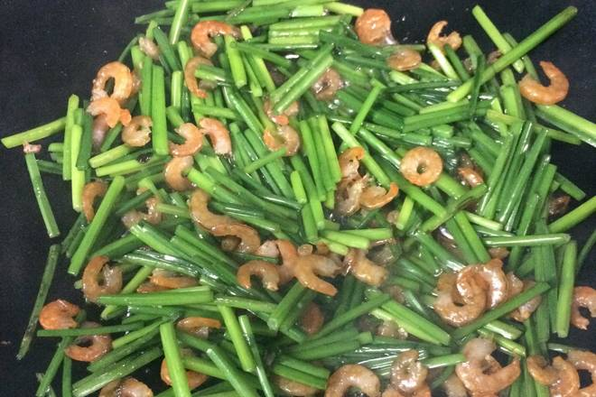 Home Cooking Recipe: Pour the shrimp into the stir fry for a while and season.