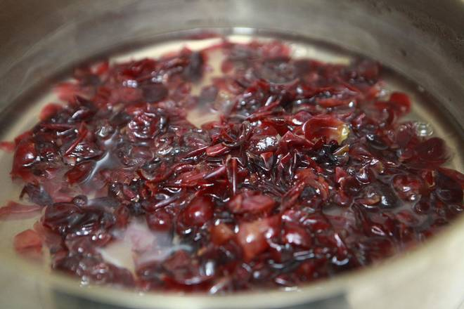 Home Cooking Recipe: Pour the water into the pot and add the peeled grape skin.