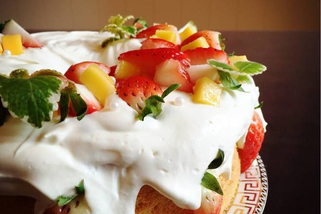 Home Cooking Recipe: Pour the whipped cream on the cake, let the cream flow down naturally, spread the decorated fruit, and garnish the mint green leaves and silver sugar beads.