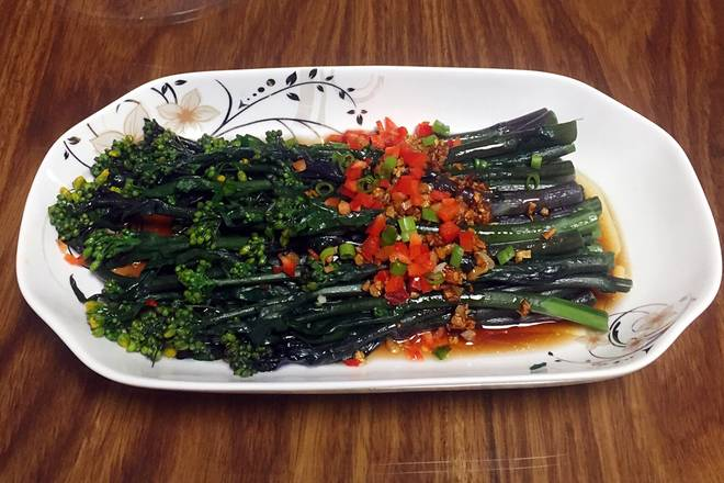 Home Cooking Recipe: Pouring on the seaweed moss with fried water and putting on the color pepper.