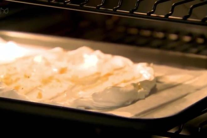 Home Cooking Recipe: Preheat the oven for 140 degrees and bake for 1 hour and 30 minutes until the surface of the meringue becomes brittle and there is a little soft inside. After the time, do not remove the meringue from the oven. Just open the oven door a little and let the meringue cool in the oven.