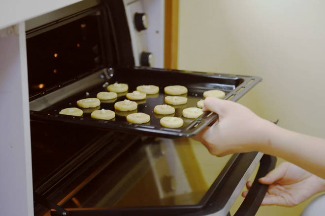 Home Cooking Recipe: Preheat the oven to 170 degrees and bake for 10 to 12 minutes;