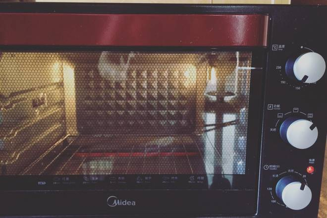 Home Cooking Recipe: Preheating of the oven is generally preheated at 180 degrees, and the upper and lower heating mode is selected. If the embedded oven is preheated for 5 minutes, it is almost OK. If it is a small oven, it takes about 7-8 minutes.