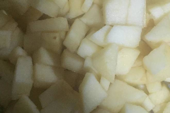 Home Cooking Recipe: Preparation: The apple is peeled and washed, cut into small pieces; the glass bottle with the jam is placed in the boiling water for disinfection or the washed bottle is placed in the oven for heating for a while for high temperature sterilization.