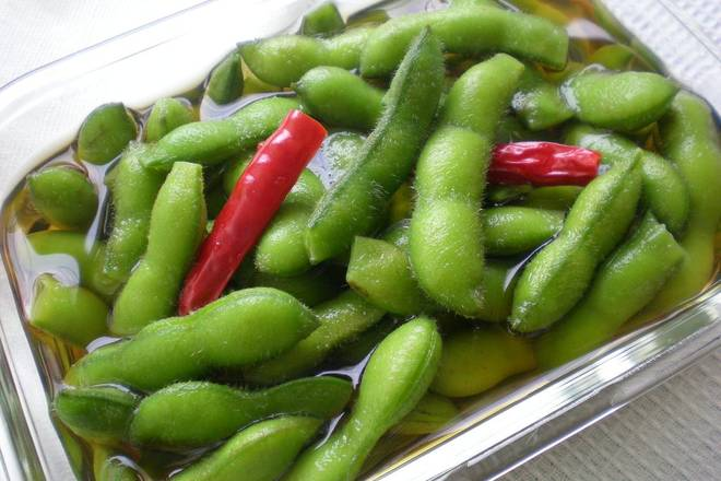 Home Cooking Recipe: Prepare a clean fresh-keeping box for the edamame section, add the simmered halogen soaked (slightly salty salt can be properly mixed with a little pure water), and put it in the refrigerator for about 3 to 4 hours to eat.