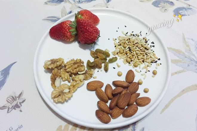 Home Cooking Recipe: Prepare a proper amount of various nuts and strawberries.
