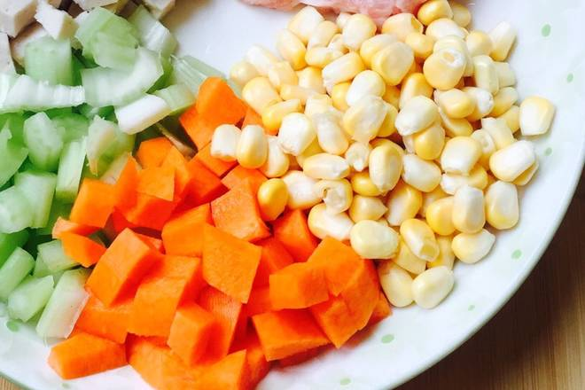 Home Cooking Recipe: Prepare all ingredients, shrimp, corn, carrot, fresh lily, cashew