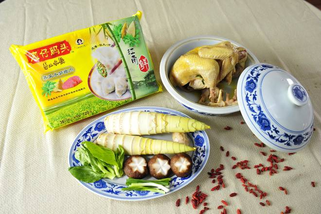Home Cooking Recipe: Prepare all the ingredients, remove the spring bamboo shoots, and wash all the ingredients.