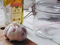 Home Cooking Recipe: Prepare garlic, olive oil, sealed storage containers (can be used with ordinary bowls and plastic wrap, OK, but it is recommended to do less)