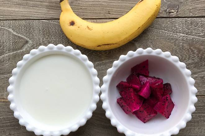 Home Cooking Recipe: Prepare ingredients, yogurt, ripe bananas, pitayas cut into small pieces