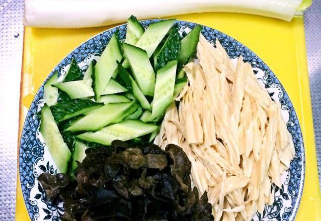 Home Cooking Recipe: Prepare materials. The yuba and the fungus are well prepared in advance. The cucumber is washed and cut into a diamond shape, the yuba is cut into a diamond shape, and the fungus is small. Chopped green onion is ready for use.