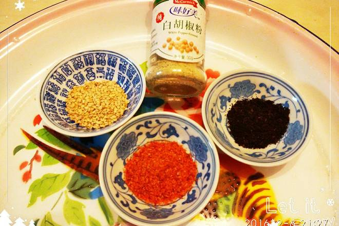 Home Cooking Recipe: Prepare seasoning: chili powder, homemade boiled pepper powder, white pepper, sesame