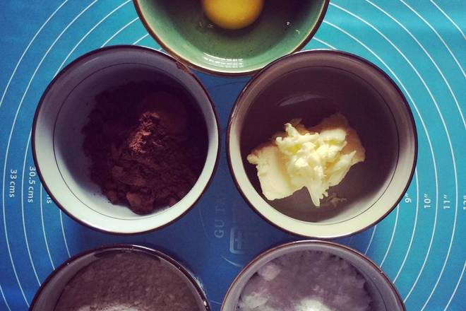 Home Cooking Recipe: Prepare the above materials: eggs, butter, low flour, powdered sugar, cocoa powder