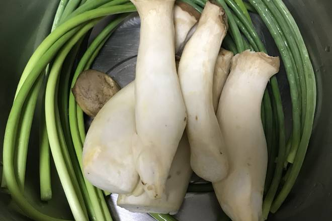 Home Cooking Recipe: Prepare the garlic moss and oyster mushrooms!