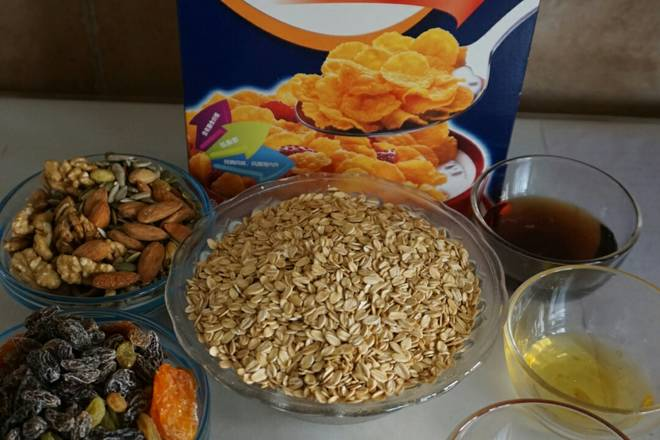Home Cooking Recipe: Prepare the ingredients, the nuts of the walnut kernels should be cut small.
