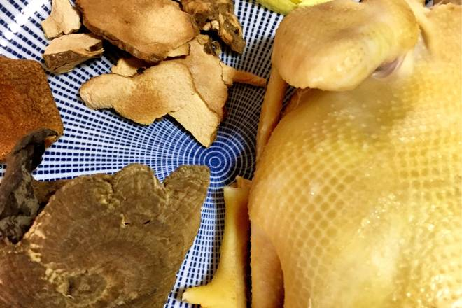 Home Cooking Recipe: Prepare the material, sliced ​​ginger or chopped, dried tangerine peel, earthworm, dried longan (forgot to take), rinse the ganoderma lucidum into small pieces or cut into small pieces (the spore powder on the ganoderma lucidum is not suitable for washing)