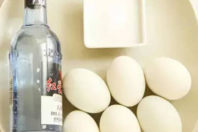Home Cooking Recipe: Prepare the material, the raw duck eggs are washed with white wine and dried.
