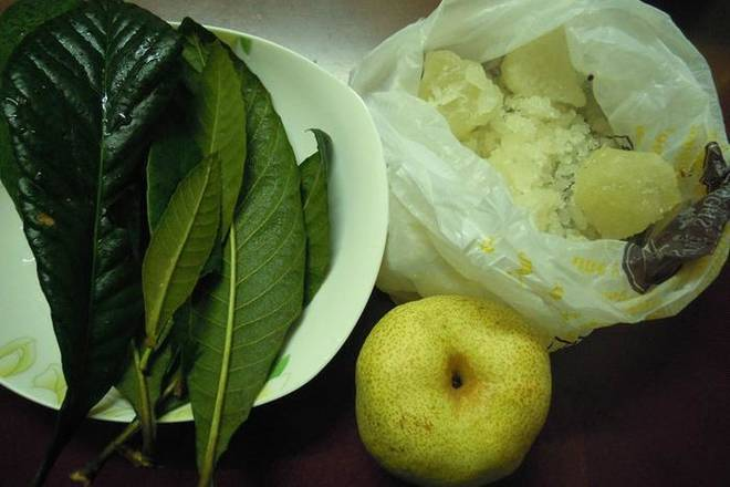 Home Cooking Recipe: Prepare the materials you need. Wash the leaves and wash the pears (preferably without peeling). Note: When cleaning the leaves, use a brush to wash with water and wash the fluff and dust on the leaves;