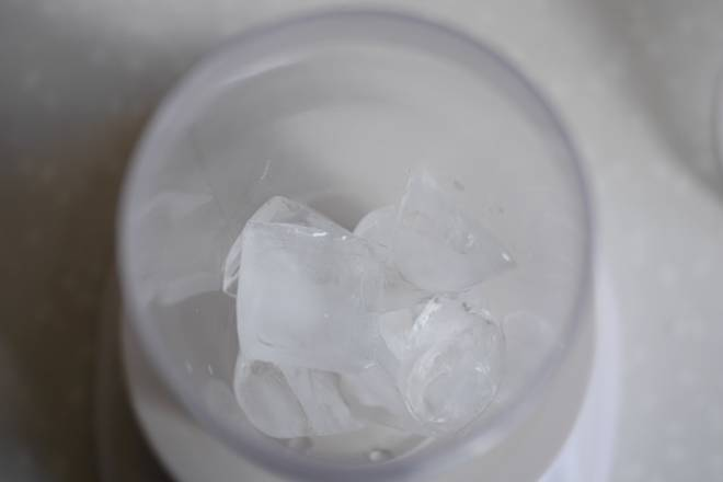 Home Cooking Recipe: Put 4-5 pieces of ice in the snow cup