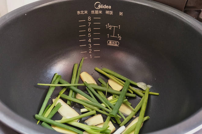 Home Cooking Recipe: Put a little oil in the pot and add the onion and ginger.