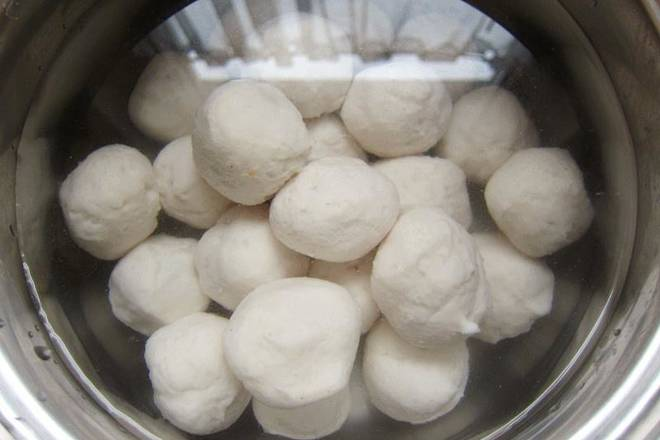 Home Cooking Recipe: Put a proper amount of cold water in the pot and gently put the stuffed fish balls into cold water.