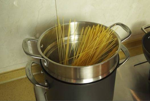 Home Cooking Recipe: Put a proper amount of water and 1 teaspoon of salt in a deep pot and boil the spaghetti.