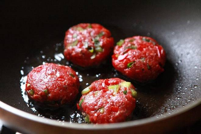 Home Cooking Recipe: Put a small amount of oil in the pot, simmer on a small fire, and add the beef patties.