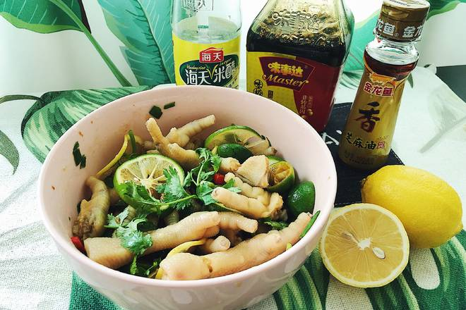 Home Cooking Recipe: Put in chicken feet, pour all the ingredients, pour the appropriate amount of soy sauce, vinegar (preferably vinegar), sesame oil, stir well