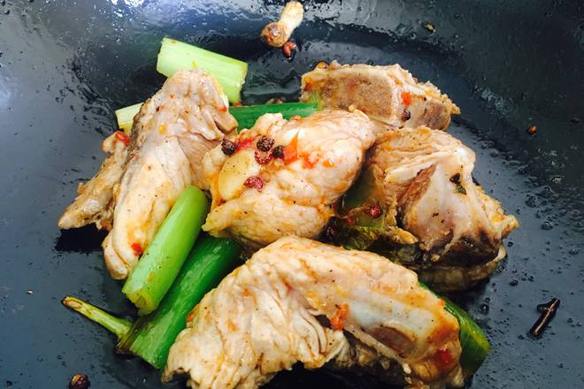Home Cooking Recipe: Put in cooking oil, scallion, garlic, pepper, octagonal scent, add spicy sauce, stir fry, add ribs, stir-fry