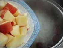 Home Cooking Recipe: Put in the apple pieces and simmer for about 20 minutes, then add rock sugar or brown sugar, then cook for 5 minutes.