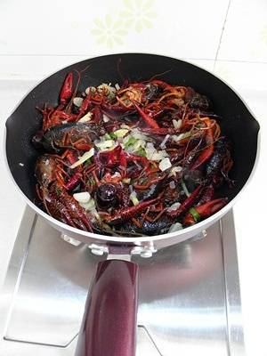 Home Cooking Recipe: Put in the crayfish and turn to the fire and stir fry a few times.