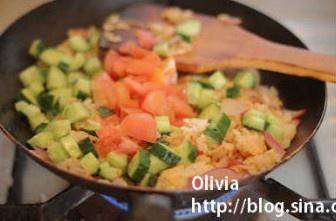 Home Cooking Recipe: Put in the cucumber and tomato diced, stir fry for 3 minutes.