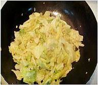 Home Cooking Recipe: Put in the lettuce and stir fry, add the right amount of salt and oyster sauce before the pan.