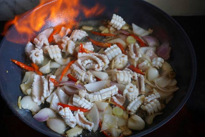 Home Cooking Recipe: Put in the squid.. After a few fry, put two tablespoons of beer. Or half a spoon of white wine. Don't be afraid to catch fire. Cover the lid or burn it for a while!