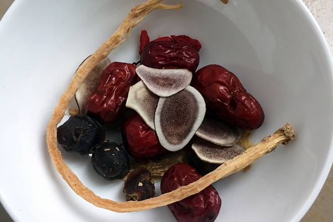 Home Cooking Recipe: Put red dates, angelica, longan, velvet antler, medlar, and codonopsis in water for one hour.