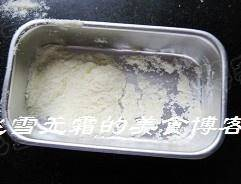 Home Cooking Recipe: Put some milk powder in the mold first, 5 grams of anti-stick