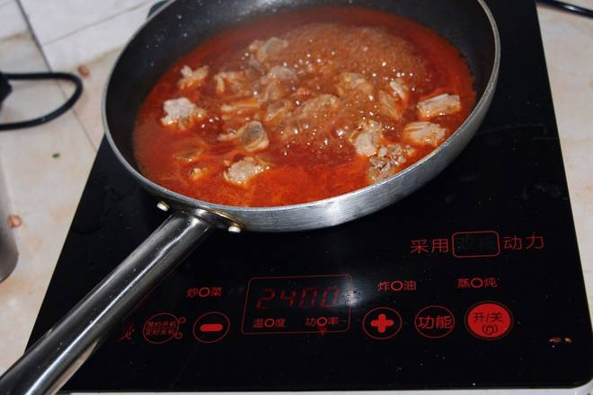 Home Cooking Recipe: Put the appropriate amount of oil in the wok, pour in the ketchup and sugar, then pour in the ribs and 2 bowls of ribs soup for about 5 minutes, and collect the juice. (The taste of sugar depends on the individual, you can try it and decide if you want to add it)