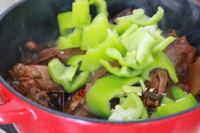 Home Cooking Recipe: Put the big green pepper, turn the fire ~ stir fry evenly and juice