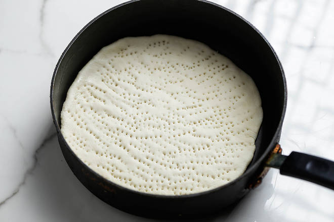 Home Cooking Recipe: Put the bottom of the cake in a pan for about 5 minutes, and poke the hole on the surface to prevent the cake from bulging.