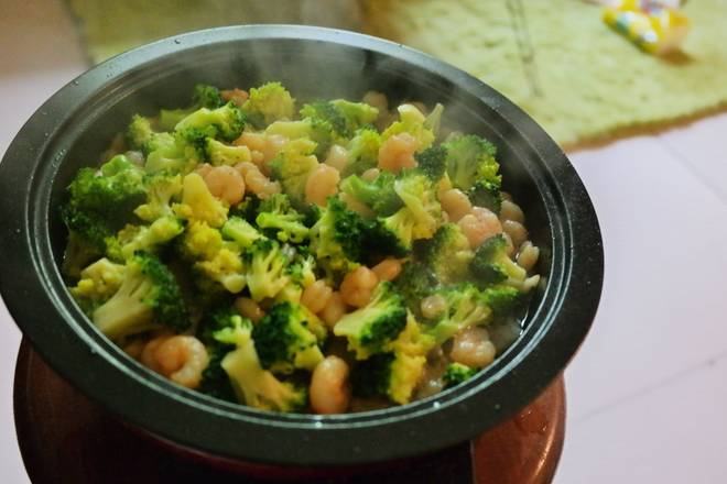 Home Cooking Recipe: Put the broccoli and stir-fry evenly, add a little chicken essence to the pan.