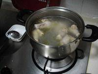 Home Cooking Recipe: Put the chicken legs into the stockpot, add the right amount of water, boil over high heat, and cook for another 10 minutes.